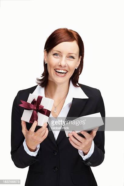 Joyeuse Femme d'affaires âgé moyen tenant un cadeau