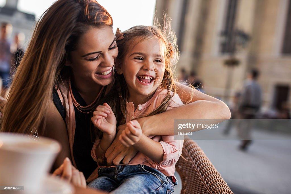 Alegre Madre e hija divertirse juntos durante el día. : Foto de stock