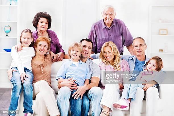 Enthousiaste Mufti génération famille profitant de chez vous.