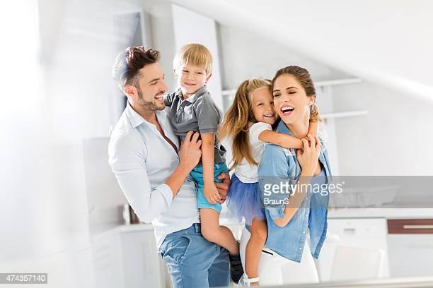 alegres pais se divertindo com as crianças. - quatro pessoas - fotografias e filmes do acervo