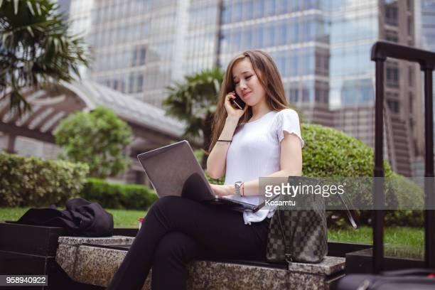 Joyeuse conversation téléphonique avec sa compagnie