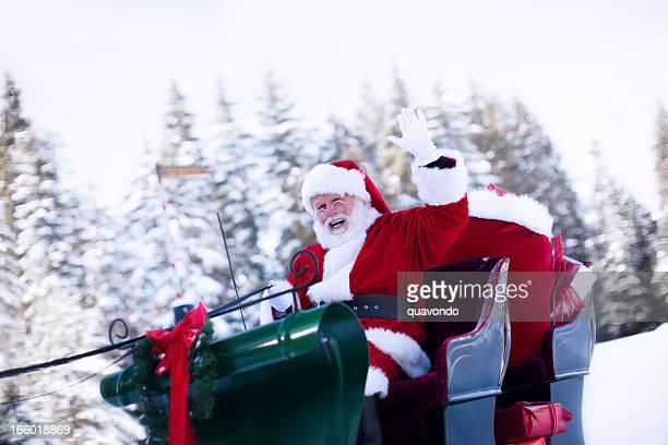 Fröhlich Santa Claus winken von Schlitten im Schnee, Textfreiraum