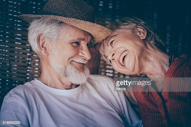 Fröhlich altes Paar genießen Sommertag auf der Terrasse