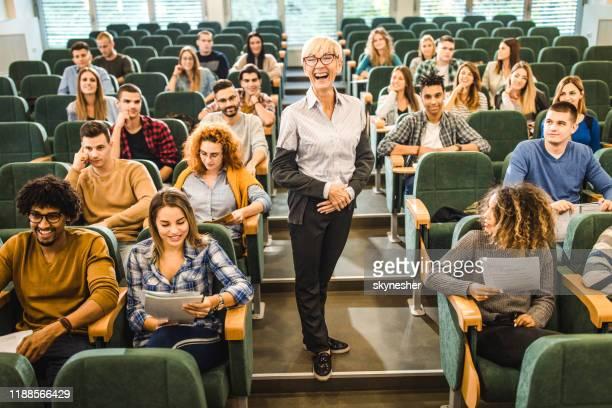 講堂の授業で生徒の中の陽気な上級教授。 - 円形劇場 ストックフォトと画像
