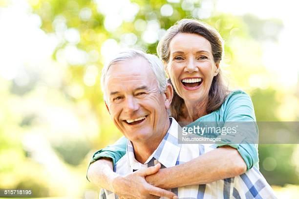 Joyeuse femme Senior homme appréciant Ride à porter sur le dos