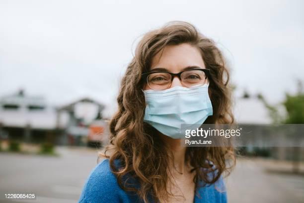 mujer sonriente alegre usando máscara facial - gafas fotografías e imágenes de stock