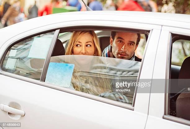 Alegre pareja español dentro de un taxi en Madrid