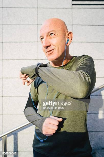 Allegro Sport uomo guardando il suo Smartwatch
