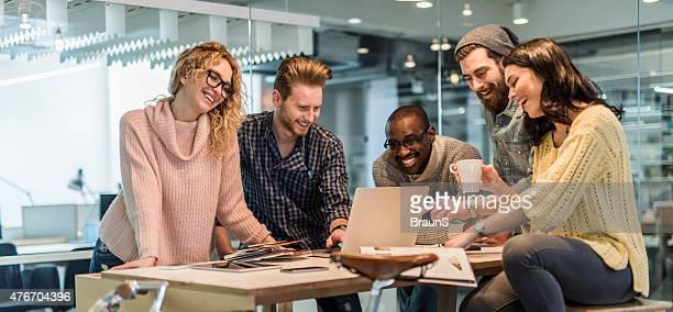 Fröhlich start-up-team arbeiten zusammen im Büro.