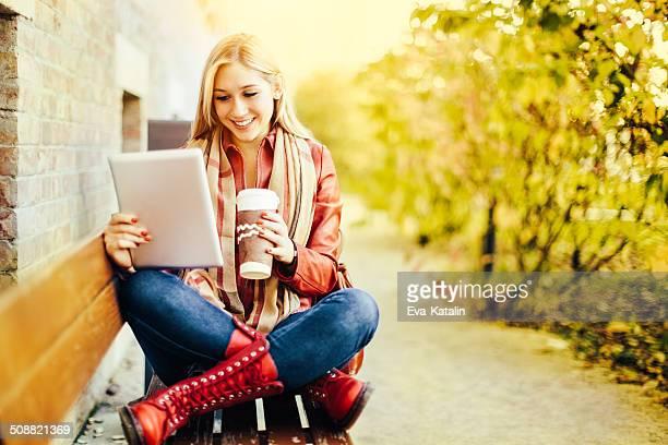Estudante Alegre Menina beber café