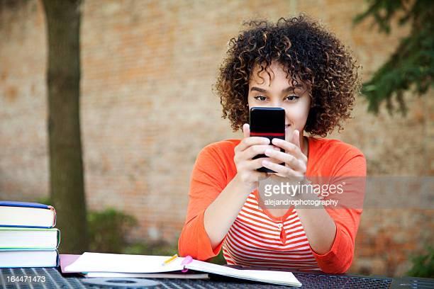朗らかスチューデントメール - オレンジ色のシャツ ストックフォトと画像