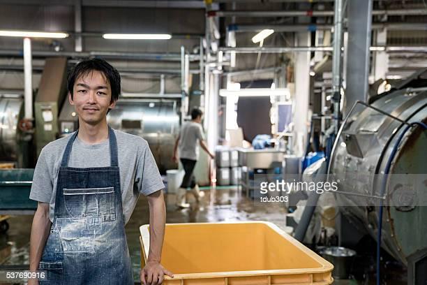 fröhlich textil industrie arbeiter im einem kleidungsstück factory - top garment stock-fotos und bilder