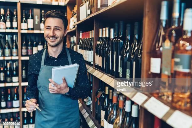 dono de loja de vinhos alegres - trabalho comercial - fotografias e filmes do acervo