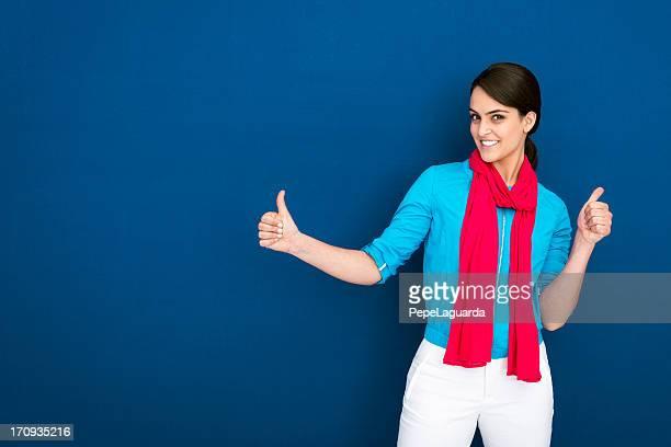 Alegre mujer haciendo gesto de ok