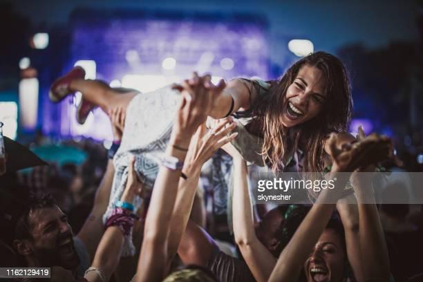 fröhliche frau spaß mit ihren freunden auf einem musikkonzert bei nacht. - rockmusik stock-fotos und bilder