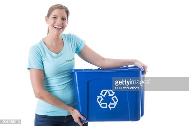Femme joyeuse aide à nettoyer la communauté