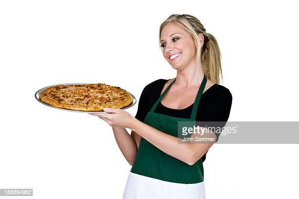 Fröhliche Frau hält eine pizza
