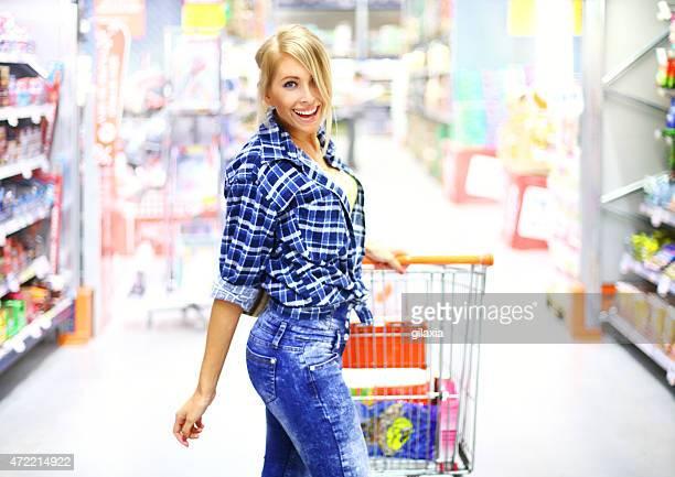Fröhlich Frau im Supermarkt.