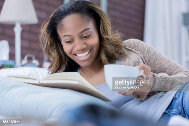 Mujer alegre se relaja en casa