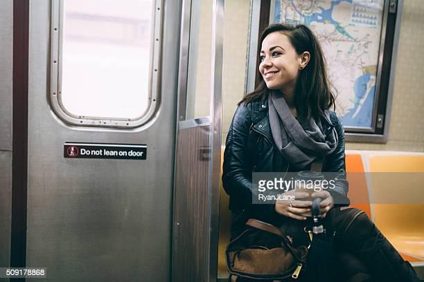 Alegre mujer montando metro