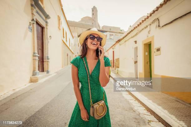mulher alegre que fala em seu smartphone - viagem - fotografias e filmes do acervo