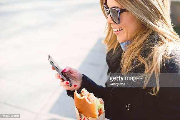 Fröhliche Frau mit Smartphone