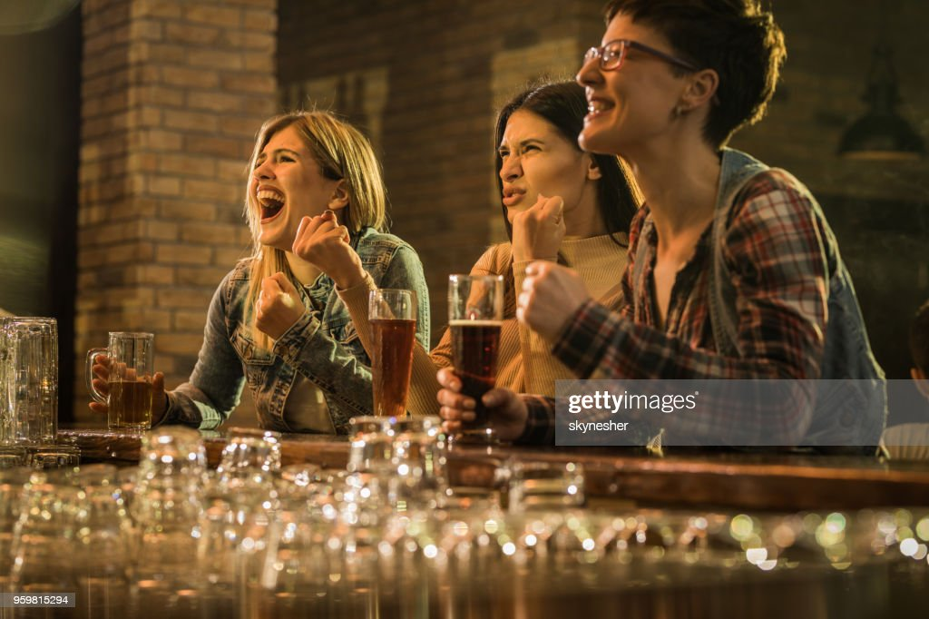Fröhliche Frauen, die Spaß beim ansehen ein Sport-Spiel im Fernsehen in einer Bar. : Stock-Foto
