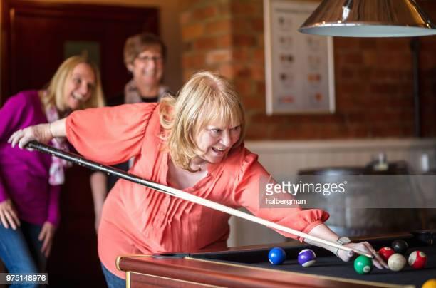 fröhliche frauen billard spielen - poolbillard billard stock-fotos und bilder