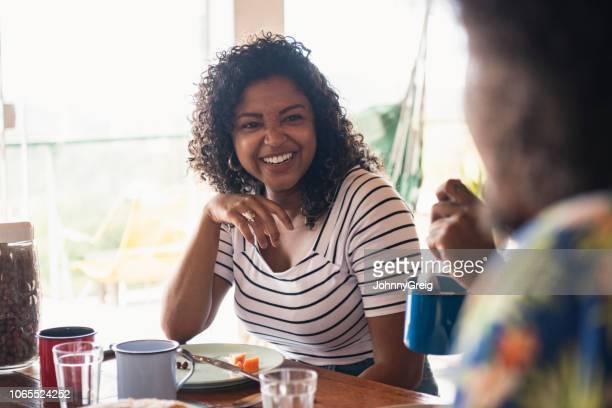 fröhliche junge brasilianische frau lächeln und lachen - casa stock-fotos und bilder