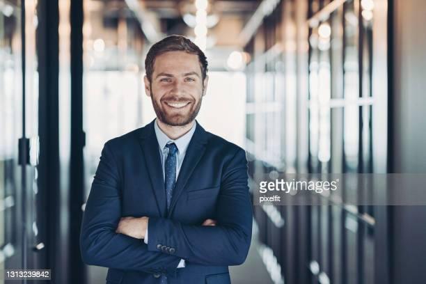 allegro giovane uomo d'affari - mezzo busto foto e immagini stock