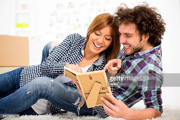 Gai jeune couple à la recherche de photos.