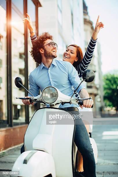 Gai jeune Couple à cheval sur une moto