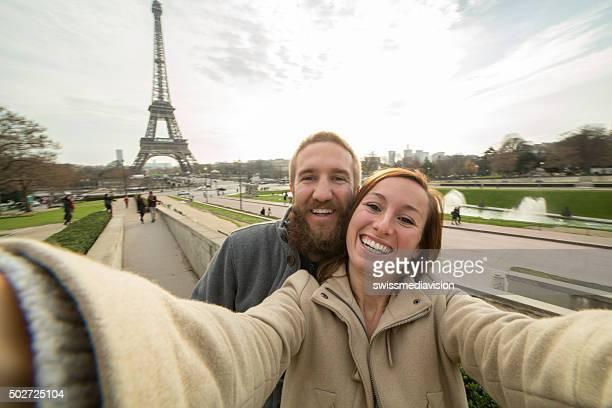 Fröhlich junges Paar macht selfie-Porträt auf Eiffelturm, Paris