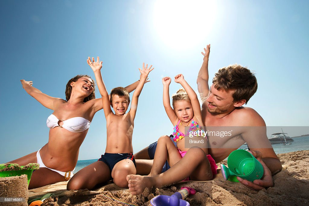 Allegro giovane famiglia in spiaggia. : Foto stock