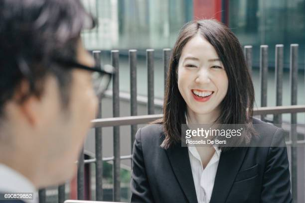 笑みを浮かべて陽気な若い日本の実業家