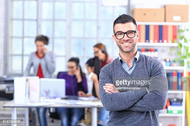 Joyeuse jeune homme au bureau