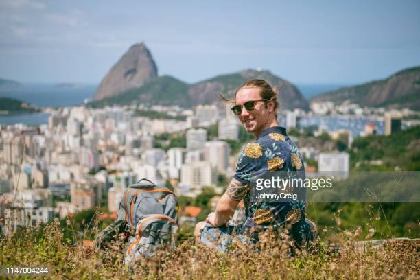 fröhlicher junger mann auf dem hügel, rio de janeiro - casa stock-fotos und bilder