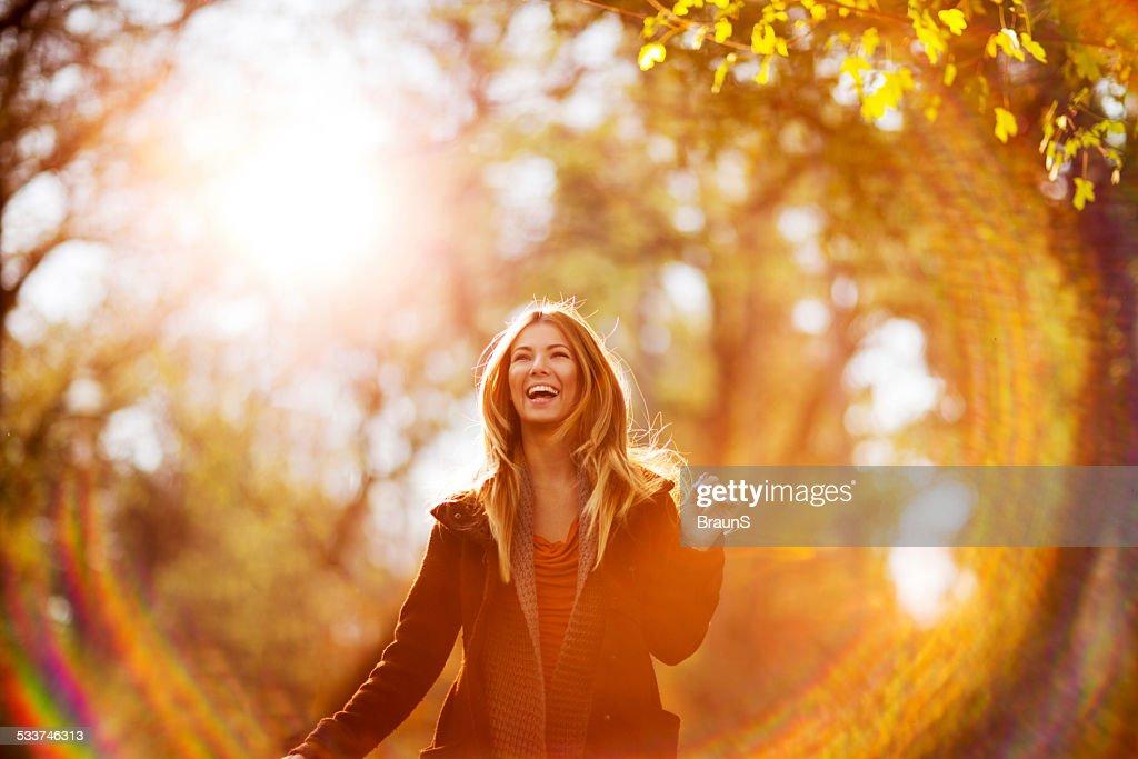 Allegro giovane donna al tramonto. : Foto stock