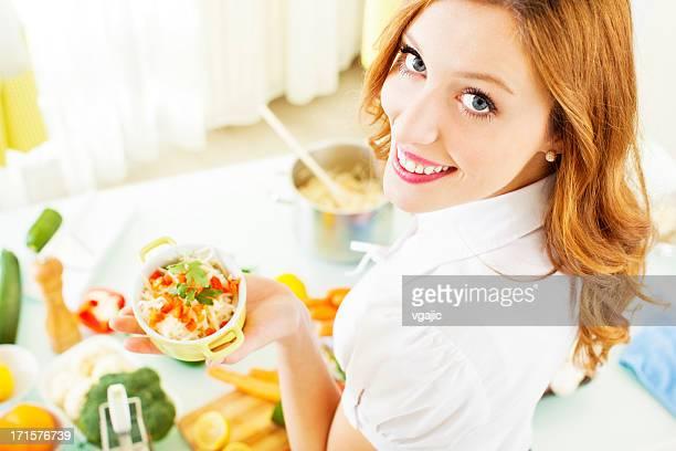 Fröhlich Junge Frau Kochen.