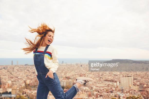 mujer joven alegre bailando contra el paisaje urbano - bailarina fotografías e imágenes de stock