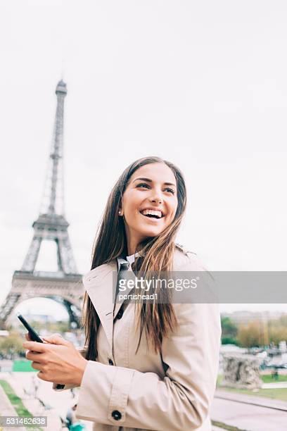 Fröhlich Junge Frau hält Smartphone