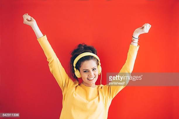 Gaie jeune femme avec casque jaune