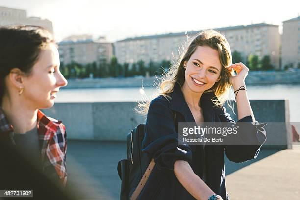 fröhliche junge frauen, die radfahren im park - flussufer stock-fotos und bilder
