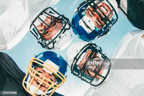 jubelnde american football-spieler zusammen - mannschaftssport stock-fotos und bilder