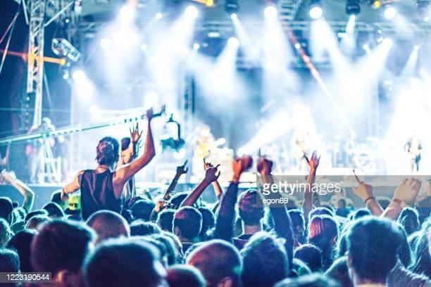 jublande publik på rockkonsert - konsert bildbanksfoton och bilder
