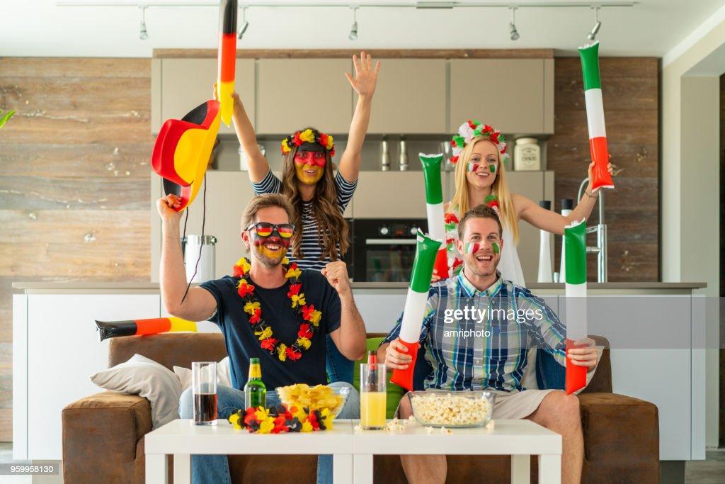 jubelnde Fußballfans aus Deutschland und Italien zu Hause : Stock-Foto