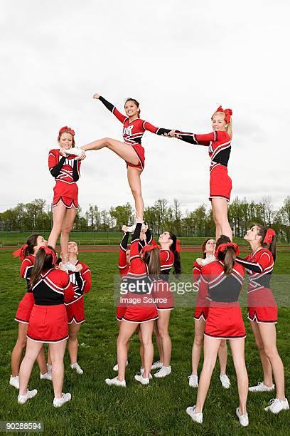 cheerleaders performing routine - líder da torcida - fotografias e filmes do acervo