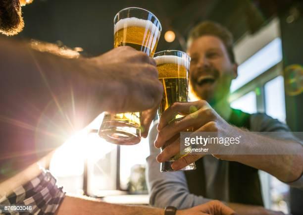 チアーズ mate 。 - ラガービール ストックフォトと画像