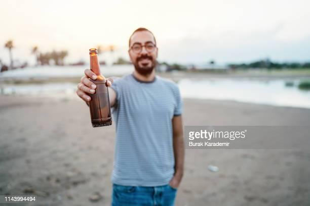 cheers (toast) - agarrar fotografías e imágenes de stock