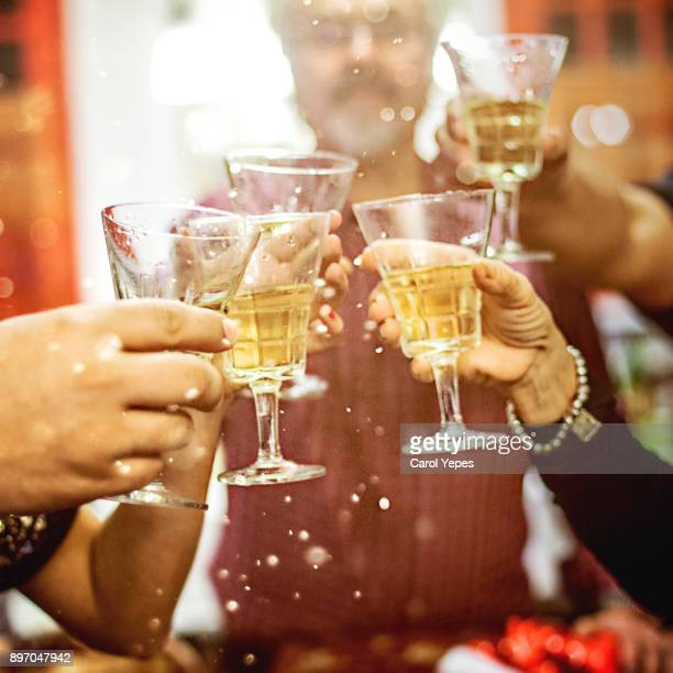 cheers - brindisi capodanno foto e immagini stock
